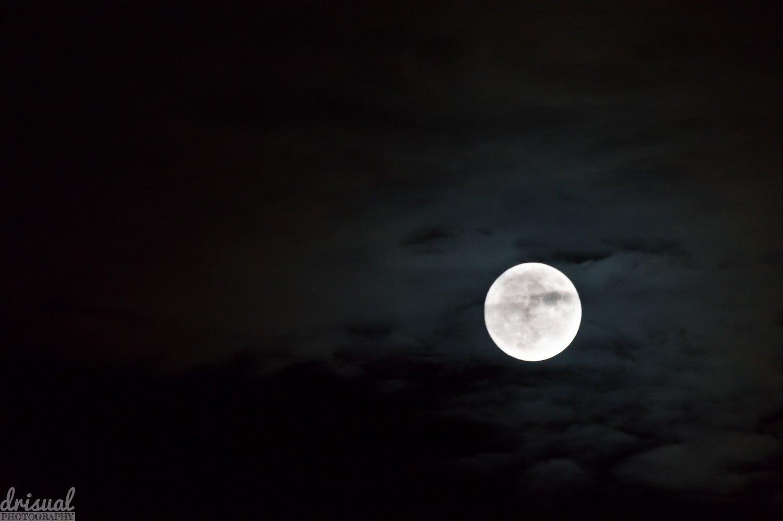 Luna iluminando las nubes alrededor.