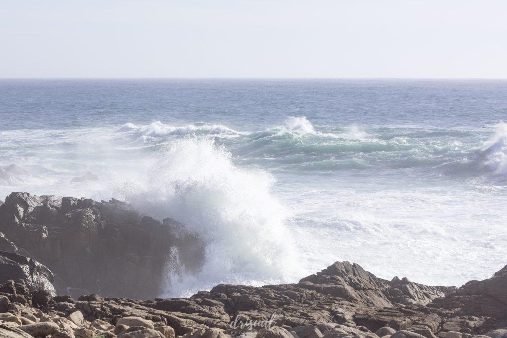 ola de mar rompiendo en las rocas de la costa de galicia