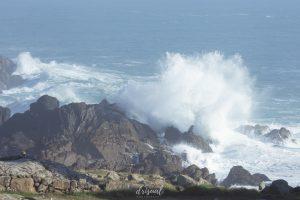 ola del mar chocando de forma espectacular con las rocas en corrubedo, galicia