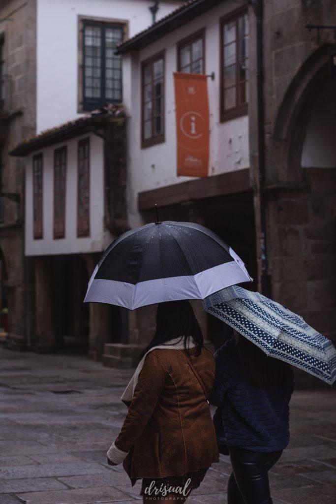 bajo el paraguas en un día de lluvia en santiago de compostela