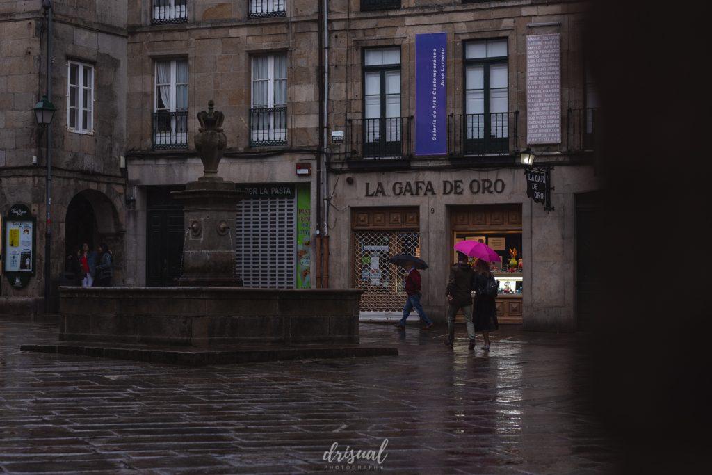 calle en un día de lluvia en santiago de compostela