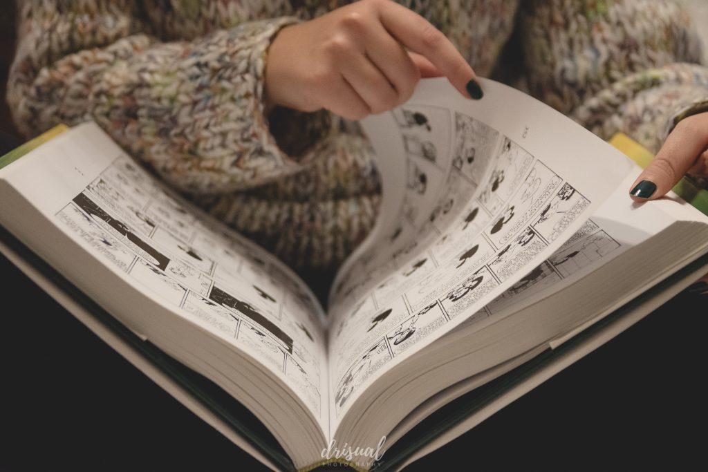 en casa leyendo un libro