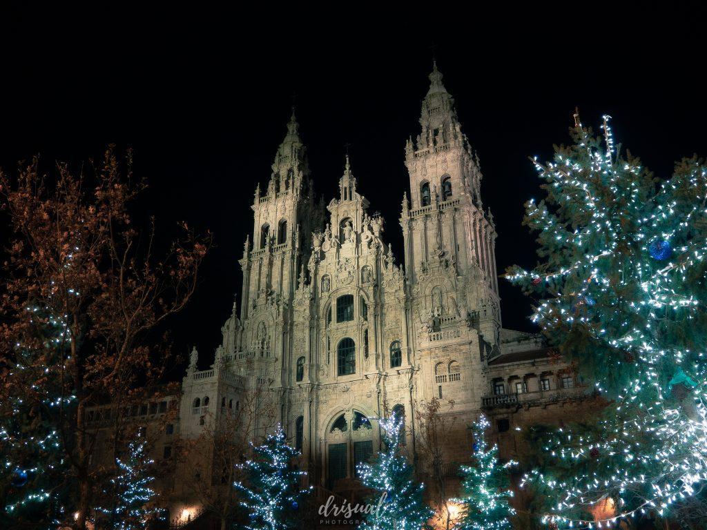 catedral de santiago entre adornos navideños